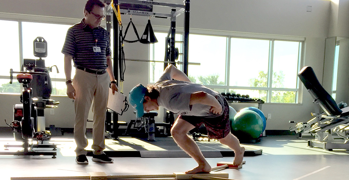 Sports medicine patient does exercises with SRH physical therapist.